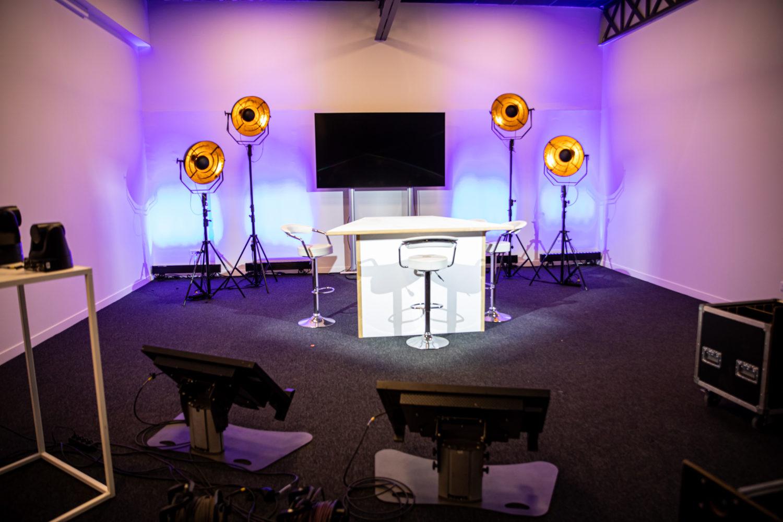Studio télé avec écran et lumières