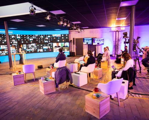 Salle avec grand écran et plusieurs individus
