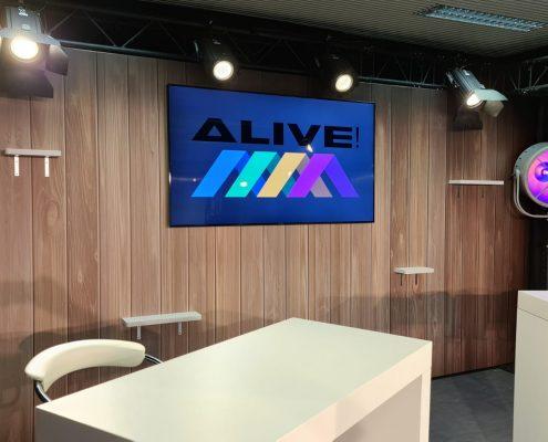 Studio TV avec écran et tables hautes