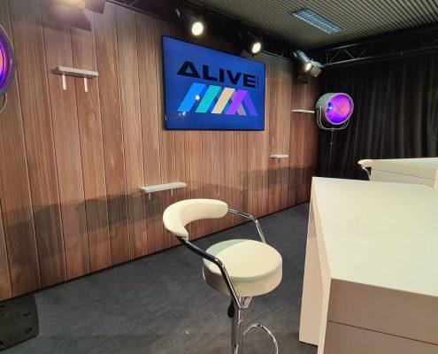 Studio TV avec écran et chaises hautes