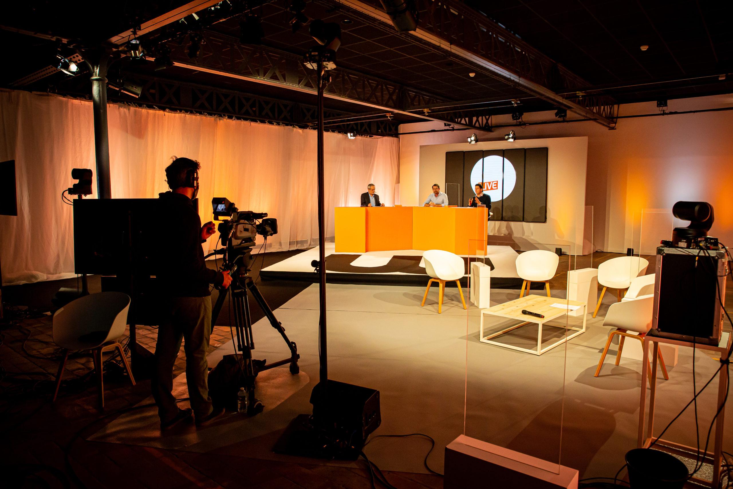 Plateau TV avec caméra et plusieurs individus