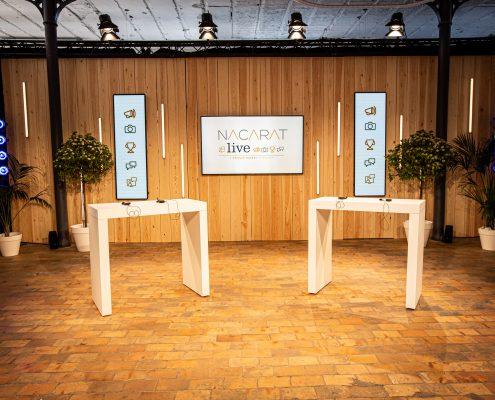 Plateau Tv avec écrans et tables hautes