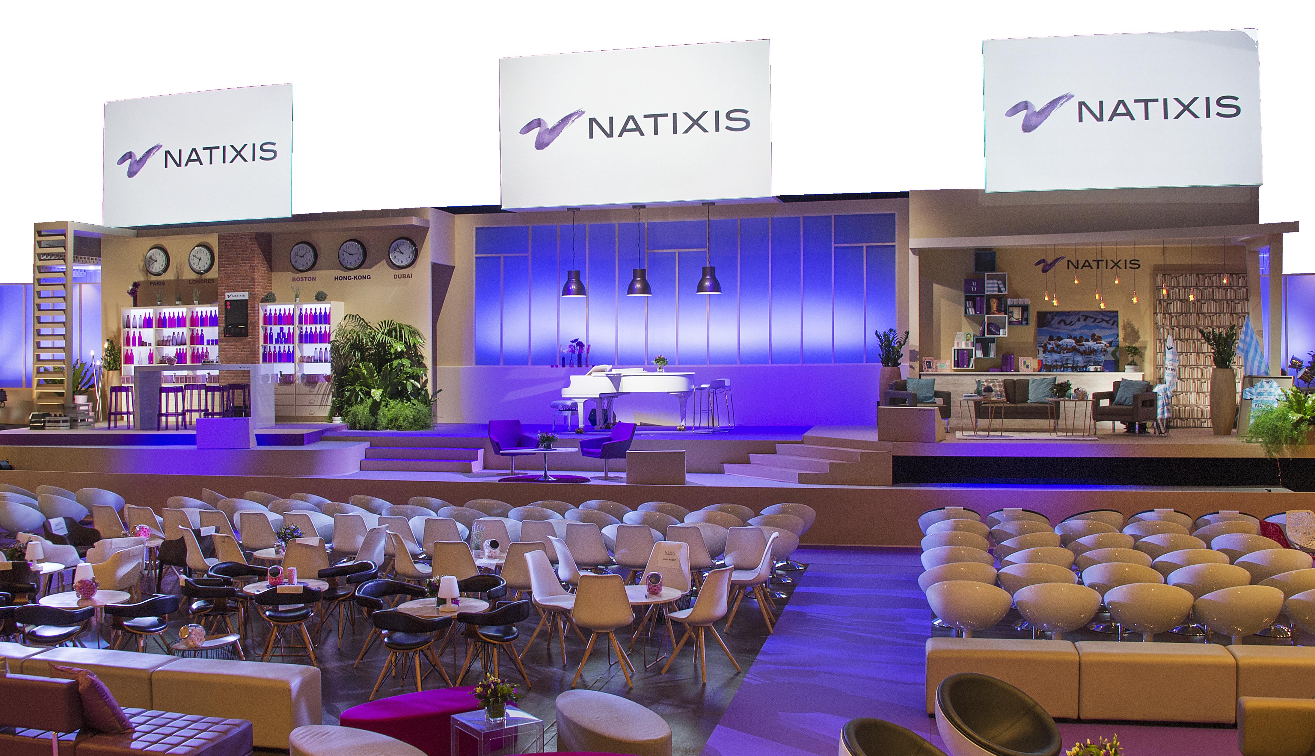 Plateau natixis décoré avec présence de chaises et de tables